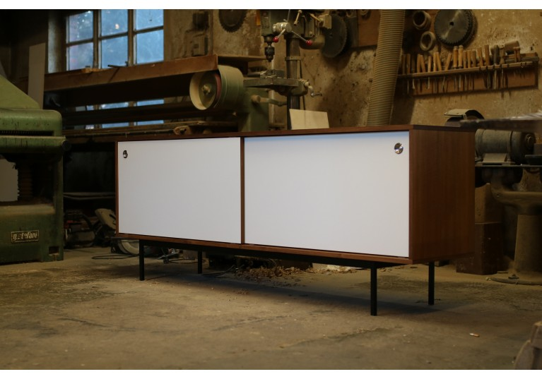 Teak Sideboard, Schiebetüren weiss, Metallgestell, Nathan  Lindberg Design, 60er, in the manner of Florence Knoll, George Nelson